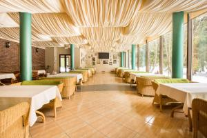 A restaurant or other place to eat at Arthurs Village & SPA Hotel