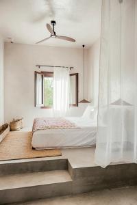 Łóżko lub łóżka w pokoju w obiekcie Casita Casita Lindos - Adults Only