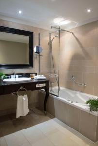 A bathroom at Chateau La Cheneviere