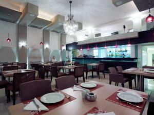 A restaurant or other place to eat at El Greco Hotel