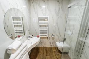 A bathroom at Mirage Medspa Hotel
