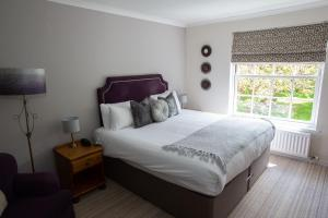 A bed or beds in a room at Evesham Hotel
