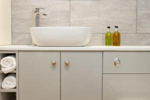 A bathroom at Evesham Hotel