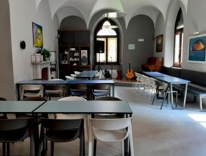 Babila Hostel & Bistrot餐廳或用餐的地方
