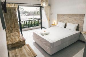 A bed or beds in a room at Sultans Of Swell Uluwatu Bali
