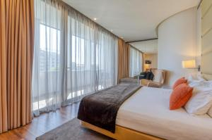 A bed or beds in a room at TURIM Av. Liberdade Hotel