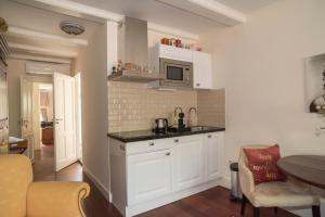 A kitchen or kitchenette at Keizershouse Amsterdam