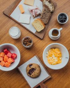 Breakfast options available to guests at Hotel Arpoador
