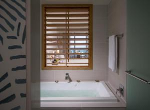 Een badkamer bij Eden Roc Miami Beach
