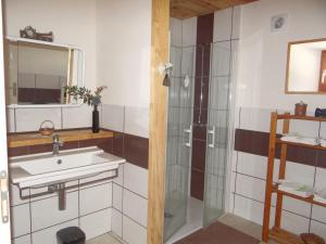 A bathroom at La Clé des Champs