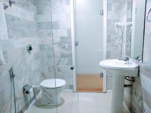 Um banheiro em Dan Inn Express Porto Alegre - próximo a Santa Casa