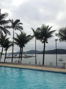 The swimming pool at or near Confortável Casa em Angra