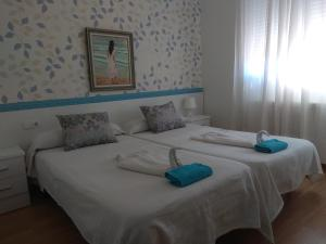 A bed or beds in a room at Hostal Caminito
