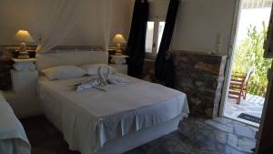 A bed or beds in a room at Anatoli Studios