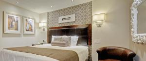 A bed or beds in a room at Helm's Inn