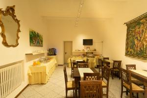 A restaurant or other place to eat at Albergo Tre Donzelle