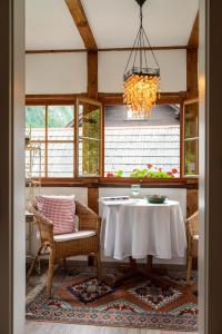 A restaurant or other place to eat at B&B Haus Hemetzberger