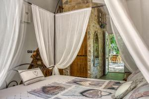 A bed or beds in a room at Domaine de l'Insolite