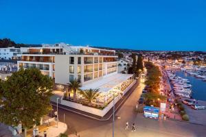 Luxury Hotel Rivaの敷地内または近くにあるプールの景色