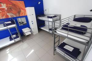 Uma ou mais camas em beliche em um quarto em PV Hostel