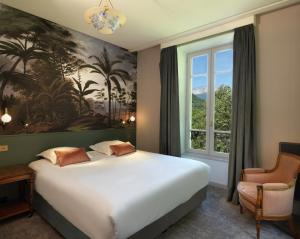 A bed or beds in a room at Le Palace De Menthon