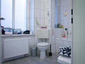 A bathroom at KINDheitstRAUM