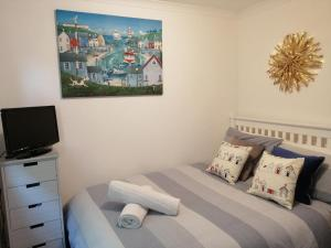 A bed or beds in a room at Knobbly Nook, whole property, gardens, parking, wifi, relaxing near Eden Project and coast