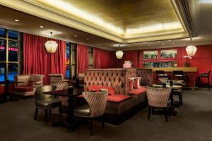 La sala de estar o bar de Michelangelo Hotel
