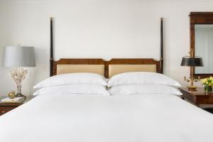 Tempat tidur dalam kamar di Michelangelo Hotel
