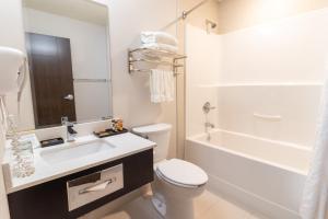A bathroom at The Kanata by BCMInns Blairmore