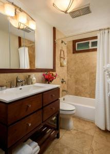 A bathroom at Paia Inn
