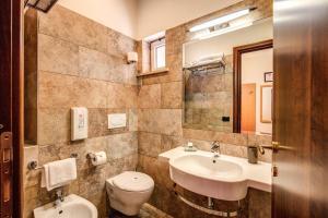A bathroom at Hotel Roma Tiburtina Metro