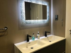 A bathroom at Redcliffe Hotel