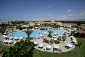 Uitzicht op het zwembad bij Avanti Holiday Village of in de buurt