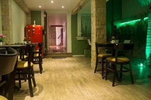 Um restaurante ou outro lugar para comer em Pouso Verde Bed and Breakfast
