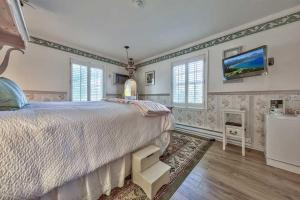 A bed or beds in a room at Silver Maple Inn and The Cain House Country Suites