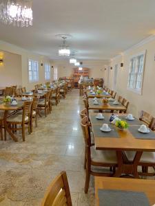 Um restaurante ou outro lugar para comer em Hotel Ponta do Morro