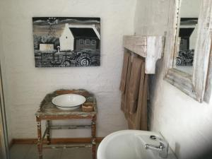 A bathroom at Rheola's Guest Cottage
