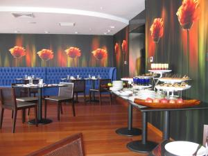 A restaurant or other place to eat at Radisson Decapolis Miraflores