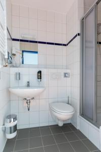 Een badkamer bij a&o Salzburg Hauptbahnhof