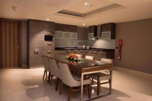 مطبخ أو مطبخ صغير في جراند ميلينيوم مسقط