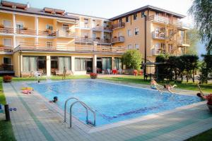 The swimming pool at or close to Hotel Dolomiti