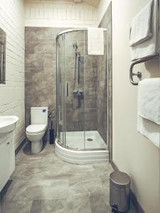 A bathroom at Railway Hotel & Apartments