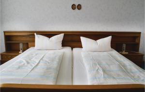 Ein Bett oder Betten in einem Zimmer der Unterkunft Three-Bedroom Apartment in Breuna
