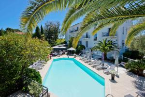 A view of the pool at Hôtel La Villa Cap d'Antibes or nearby