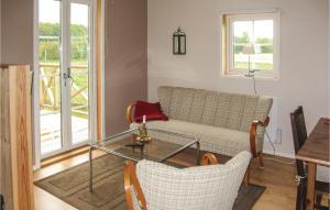 En sittgrupp på One-Bedroom Holiday Home in Hallarod