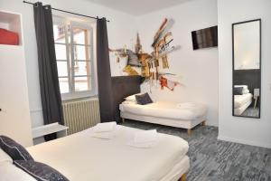 A bed or beds in a room at Hotel des Arts