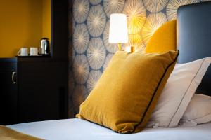 A bed or beds in a room at Best Western Plus Le Moderne