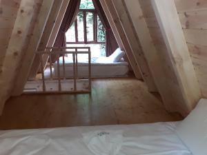 سرير أو أسرّة في غرفة في فندق منتجع كاجكار