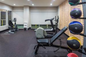 The fitness centre and/or fitness facilities at La Quinta by Wyndham Orlando Universal area